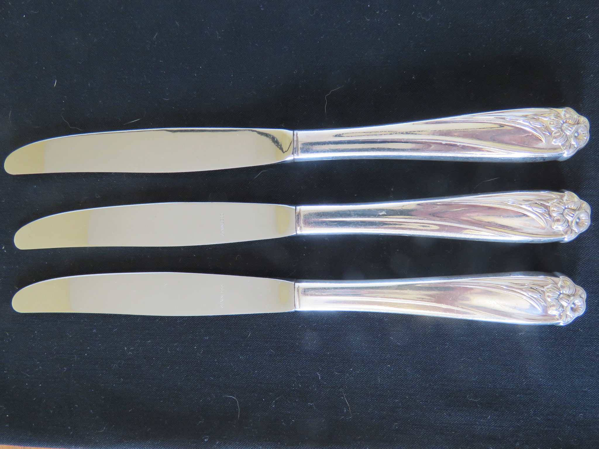 1847 Rogers Bros DAFFODIL 4 Dinner Knives Vintage 1950 Silverplate  (SIL-409)